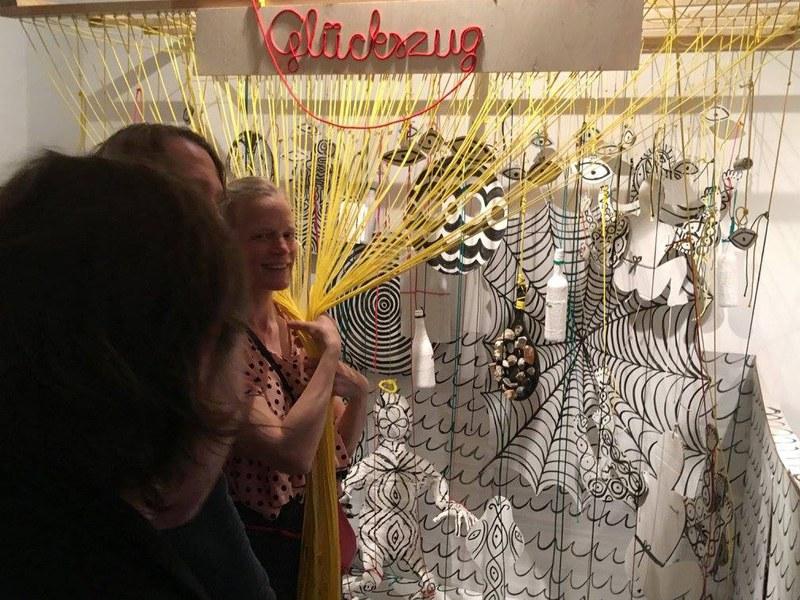 visitor and the artist / Glückszug